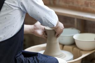 陶芸をする男性の写真素材 [FYI01309927]