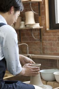 陶芸をする男性の写真素材 [FYI01309937]