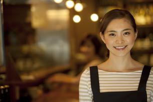 笑顔の店員の写真素材 [FYI01309954]