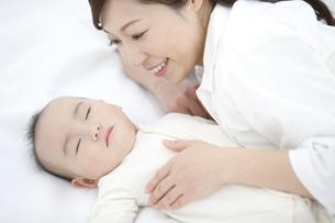 寝ている赤ちゃんと母親の写真素材 [FYI01309955]