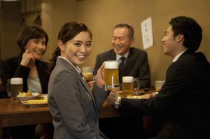 ビールを持つビジネスウーマンの写真素材 [FYI01309972]