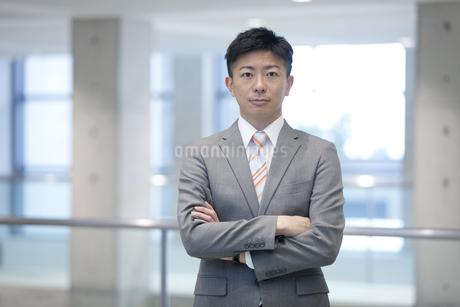 腕組みするビジネスマンの写真素材 [FYI01309981]
