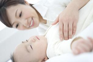 寝ている赤ちゃんと母親の写真素材 [FYI01309983]