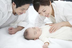 赤ちゃんを見守る両親の写真素材 [FYI01309990]