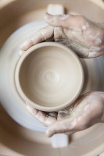陶芸をする男性の手元の写真素材 [FYI01310027]