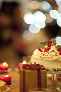 クリスマスケーキとギフトボックスの写真素材 [FYI01310032]