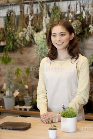 笑顔の女性店員の写真素材 [FYI01310050]