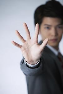 手で制止するビジネスマンの写真素材 [FYI01310053]