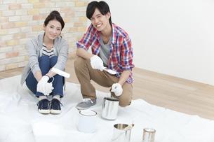 ペンキ塗りをする夫婦の写真素材 [FYI01310079]