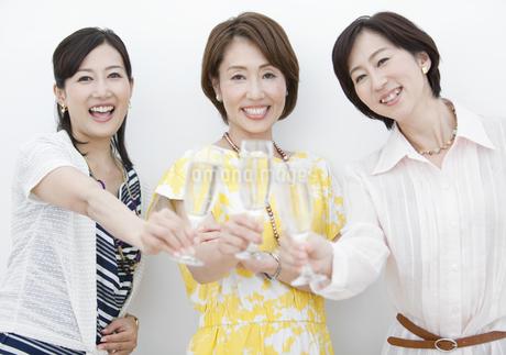 乾杯する中高年女性3人の写真素材 [FYI01310114]