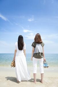海辺にいる女性2人の写真素材 [FYI01310116]
