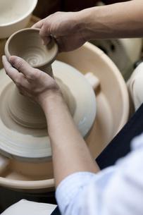 陶芸をする男性の手元の写真素材 [FYI01310118]