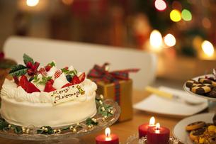 テーブルの上のクリスマスケーキの写真素材 [FYI01310119]
