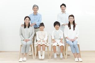 笑顔の3世代家族の写真素材 [FYI01310161]