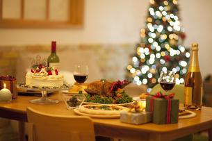 テーブルの上のクリスマス料理の写真素材 [FYI01310162]