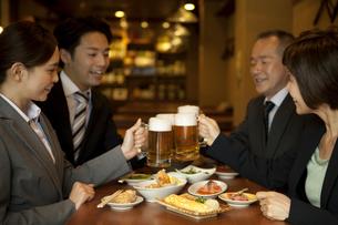 ビールで乾杯するビジネスマン4人の写真素材 [FYI01310172]