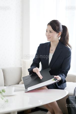 書類を見せるビジネスウーマンの写真素材 [FYI01310177]