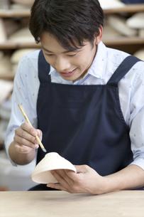 陶芸をする男性の写真素材 [FYI01310179]