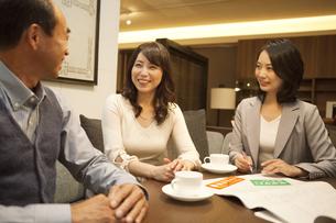 ビジネスウーマンと話す中高年夫婦の写真素材 [FYI01310190]