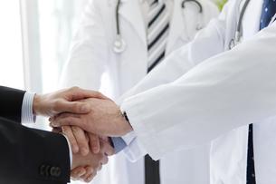 握手をする医師とビジネスマンの手元の写真素材 [FYI01310234]