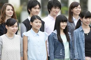 笑顔の学生と先生の写真素材 [FYI01310236]