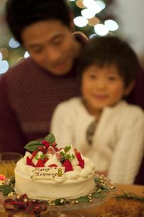 クリスマスケーキと親子の写真素材 [FYI01310240]