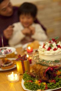 クリスマスパーティーを楽しむ親子の写真素材 [FYI01310246]