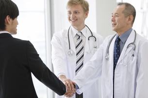 握手をする医師とビジネスマンの写真素材 [FYI01310286]