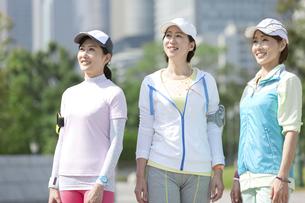 スポーツウエア姿の中高年女性3人の写真素材 [FYI01310298]