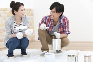 ペンキ塗りをする夫婦の写真素材 [FYI01310304]