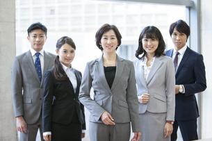 笑顔のビジネスグループ5人の写真素材 [FYI01310315]
