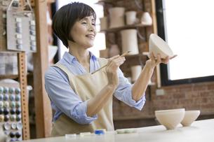 陶芸をするシニア女性の写真素材 [FYI01310318]