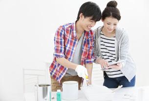 タブレットPCを見る夫婦の写真素材 [FYI01310324]
