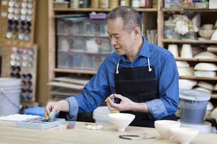 陶芸をするシニア男性の写真素材 [FYI01310330]
