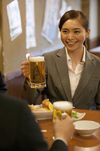ビールジョッキを持つビジネスウーマンの写真素材 [FYI01310354]