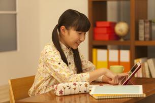 タブレットPCを操作する女の子の写真素材 [FYI01310356]