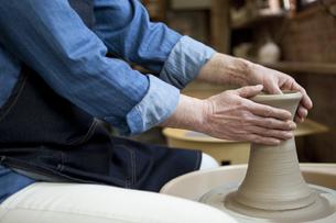 陶芸をする男性の手元の写真素材 [FYI01310363]
