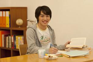 勉強する男の子の写真素材 [FYI01310367]