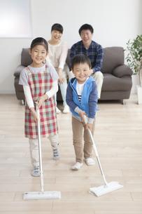 床掃除をする子供たちの写真素材 [FYI01310425]