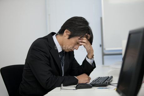 疲れているビジネスマンの写真素材 [FYI01310436]