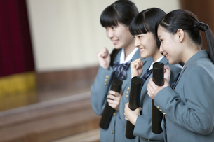 卒業証書を持つ女子校生の写真素材 [FYI01310452]
