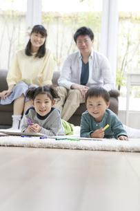 お絵かきをする子供たちと両親の写真素材 [FYI01310455]