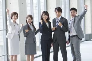 ガッツポーズするビジネスグループ5人の写真素材 [FYI01310477]