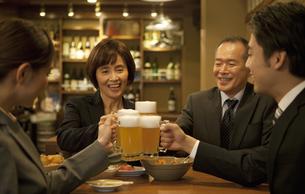 ビールで乾杯するビジネスマン4人の写真素材 [FYI01310481]