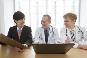 医師に資料を見せるビジネスマンの写真素材 [FYI01310482]