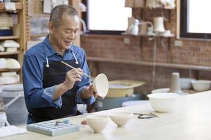 陶芸をするシニア男性の写真素材 [FYI01310523]