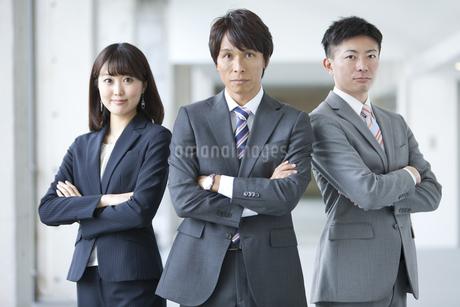 腕組みするビジネスグループ3人の写真素材 [FYI01310530]
