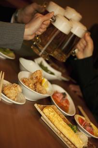 ビールで乾杯するビジネスマン4人の手元の写真素材 [FYI01310537]