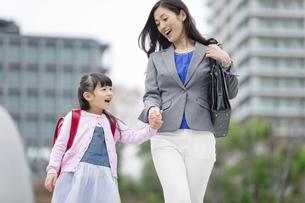 手をつないで歩く女の子と母親の写真素材 [FYI01310544]