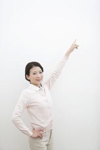 指差す女性の写真素材 [FYI01310566]